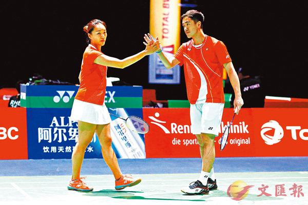 ■鄧俊文/謝影雪(左)擊掌慶祝打入8強。 路透社