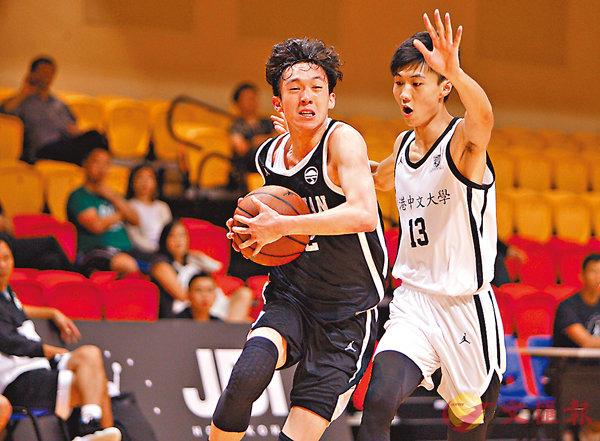 ■嶺大楊紀政(左)是球隊贏波功臣之一。香港文匯報記者郭正謙  攝