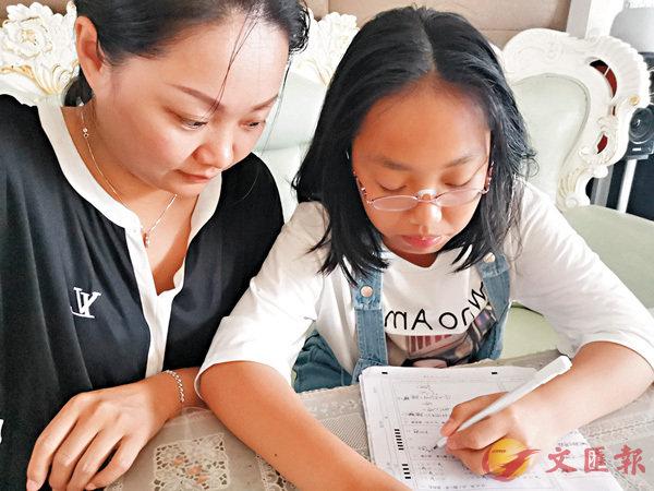 ■隨�茼~齡的增長,鍾瑛更多時間放到家庭、放到孩子身上,有空就陪孩子做作業。受訪者供圖