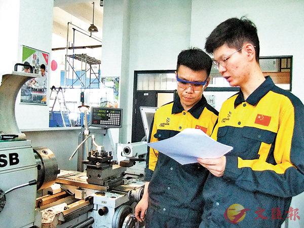 ■今年將畢業的宋彪已經是學院系主任助理,指導同學訓練。 香港文匯報記者陳旻 攝