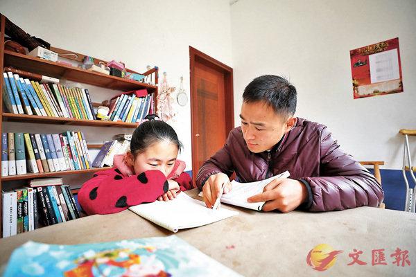 ■袁輝6年風雨無阻上門給田艷青補課。 受訪者供圖
