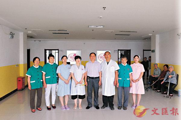 ■照顧楊會芳父母的曲周中醫院醫護人員。    香港文匯報記者顧大鵬  攝