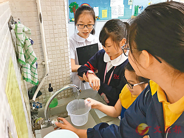■同學們正在測量流水量,看看本校水龍頭的流水量會否過大。 作者供圖