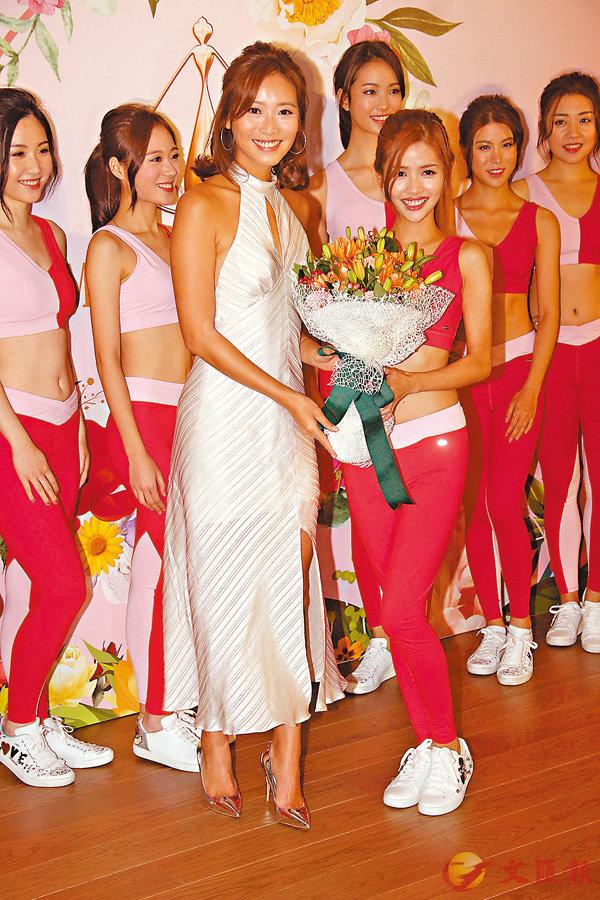■陳熙蕊獲選「友誼小姐」,由上屆友誼小姐陳靜堯送上鮮花祝賀。
