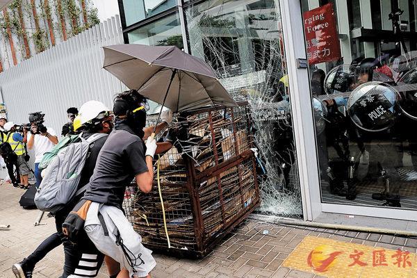 ■ 暴徒衝擊立法會大樓,修復工程約需一億元。 資料圖片