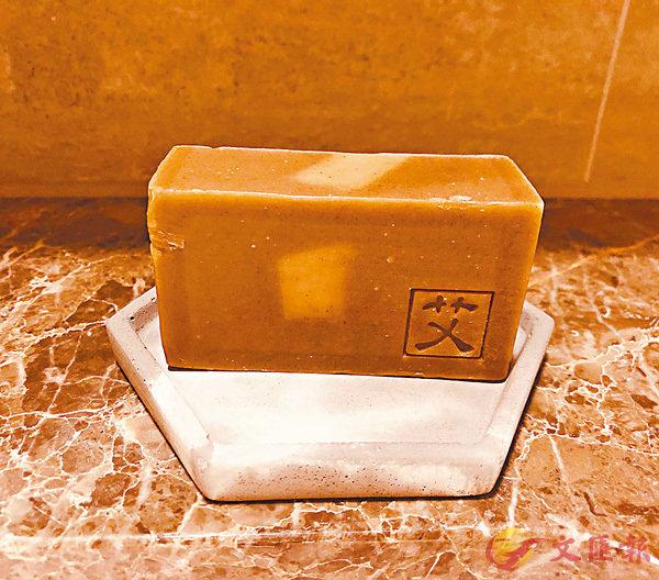 ■由水泥造的肥皂碟,用了一次就被肥皂的顏色侵蝕。 作者供圖