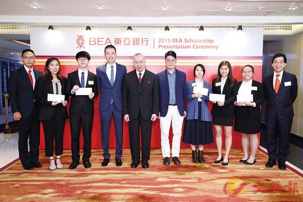 ■東亞銀行執行主席李國寶(左五)、聯席行政總裁李民橋(左四)及李民斌(右五)連同高級管理層,與「東亞銀行獎學金」的得獎者在頒獎典禮上合照。