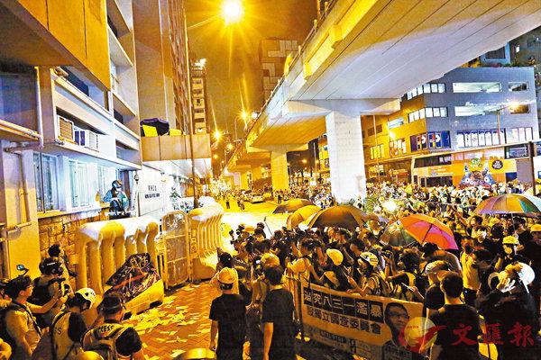■大批暴徒圍攻旺角警署。 香港文匯報記者  攝