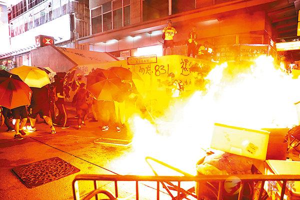 ■暴徒昨晚再在旺角鬧市瘋狂縱火。 香港文匯報記者  攝