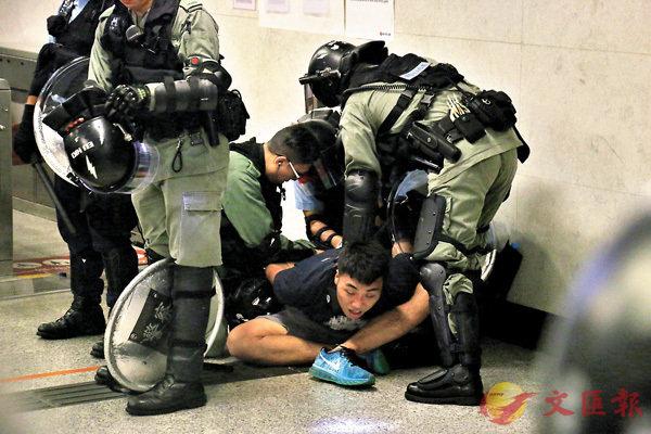 ■ 警察在金鐘拘捕一名黑衣人。