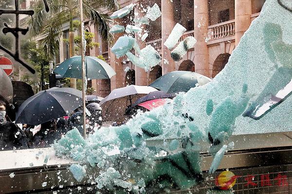 ■ 暴徒將中環站近終審法院出入口的鋼化玻璃窗砸毀。香港文匯報記者  攝