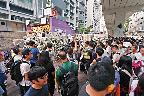 ■大批不明真相者受謠言蠱惑,連續十幾天在太子站「獻花」搗亂,藉機搞事。 香港文匯報記者  攝