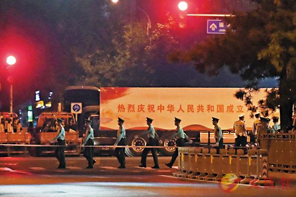 ■彩車車身寫有「熱烈慶祝中華人民共和國成立70周年」和「中華民族一家親  同心共築中國夢」字樣。 法新社