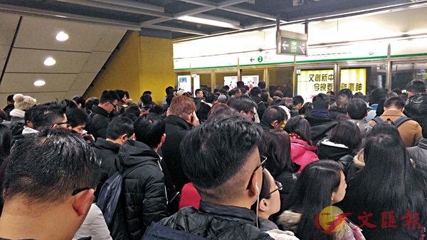 ■受訪者認為觀塘線繁忙時段車廂擠擁。 資料圖片