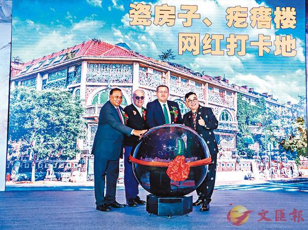 ■外國駐華使節與瓷房子博物館館長張連志(右一)共同為疙瘩樓重啟儀式按下水晶球。