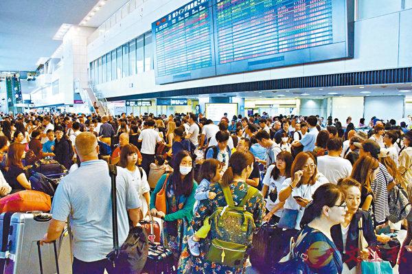 強颱風襲關東 成田機場變「陸上孤島」