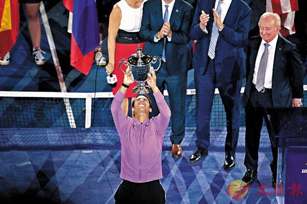 ■決賽苦戰接近5小時,拿度贏得這座美網獎盃絕對得來不易。  法新社