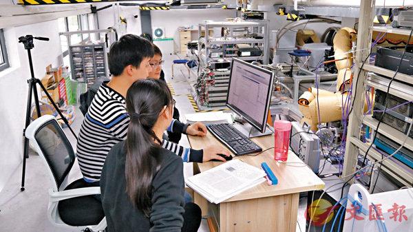 ■孔偉成(左)與研發人員在實驗室。 受訪者供圖