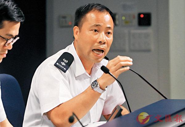 ■高級警司汪威遜講解向休班警派發伸縮警棍的措施。香港文匯報記者  攝