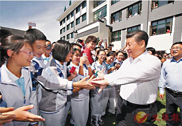 ■習近平考察北京市八一學校時曾以四個「引路人」勉勵廣大教師。圖為習近平2016年在北京市八一學校考察。 資料圖片