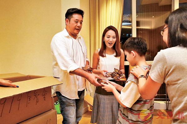 ■麥長青向小朋友派月餅。