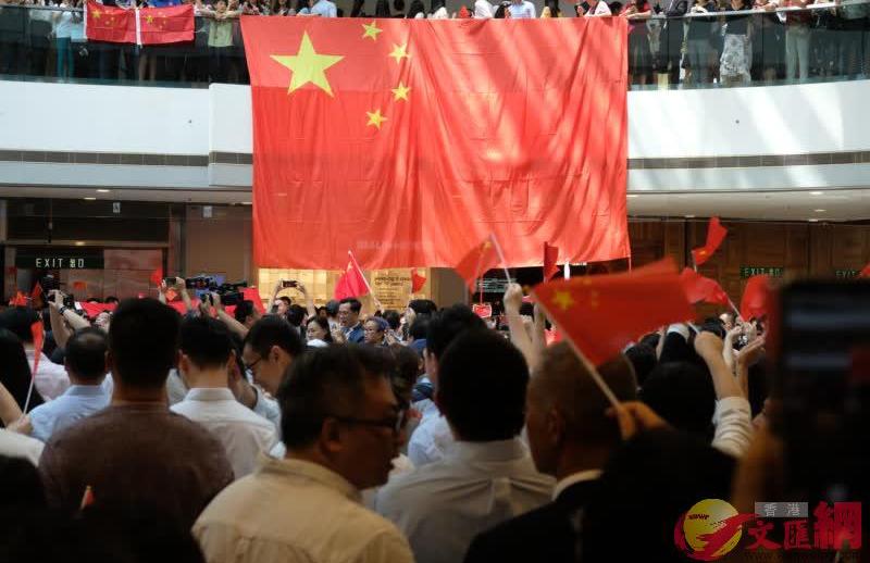 大批市民「快閃」唱國歌 高呼「中國香港加油」