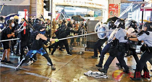 ■ 華春瑩批評美方個別議員把香港警方的忍辱負重、克制執法污衊為過度使用暴力。圖為部分暴徒襲擊警察。 資料圖片