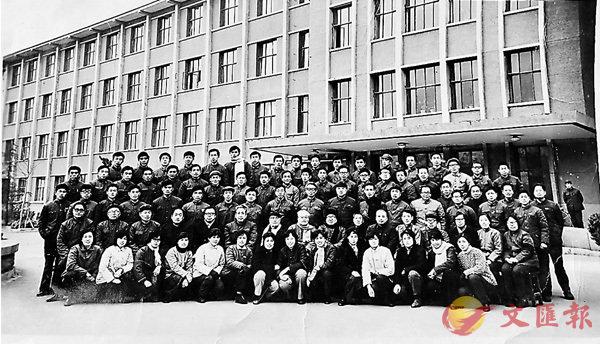 ■山東大學歷史系77級畢業照。 香港文匯報記者丁春麗 翻拍