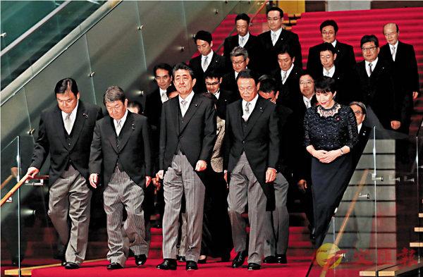 ■安倍晉三昨日和新內閣拍攝合照。   路透社