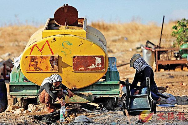 ■巴勒斯坦人在約旦河谷一個蓄水器取水。
