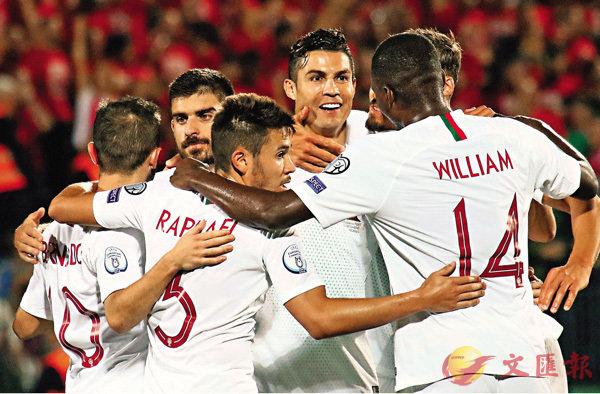 ■葡萄牙隊友上前祝賀C朗(左四)。  法新社