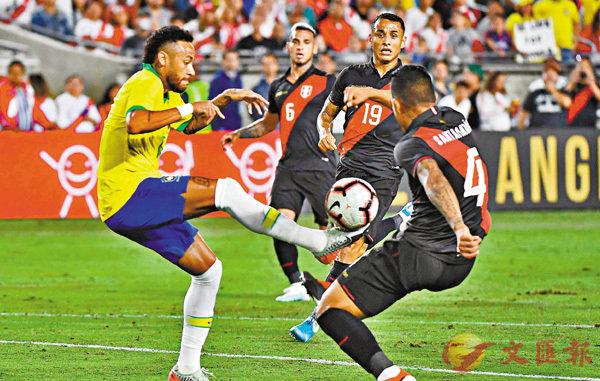 ■尼馬(左)禁區內剔球轉身時於對手防守下倒地。  法新社