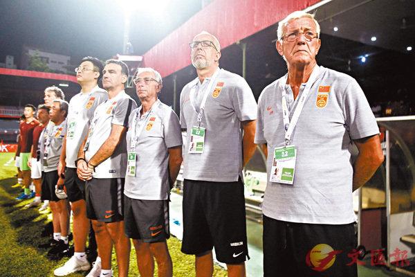 ■納比(右一)滿意球隊表現。  新華社