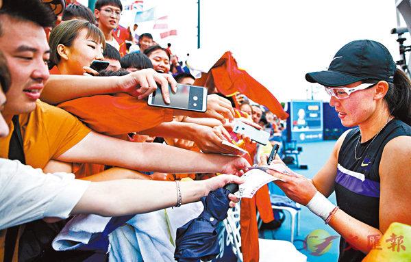 ■鄭賽賽為球迷簽名。  香港文匯報記者馮雷 攝