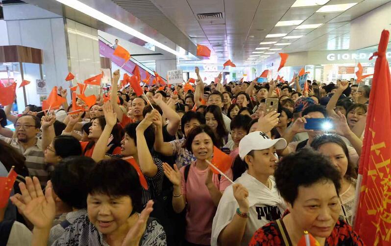 「李不孤單」 市民築國旗之海聲援李老師