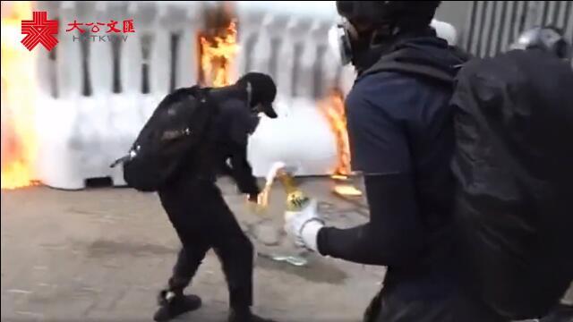 香港暴徒縱火點著自己 大跳¡u自焚舞¡v