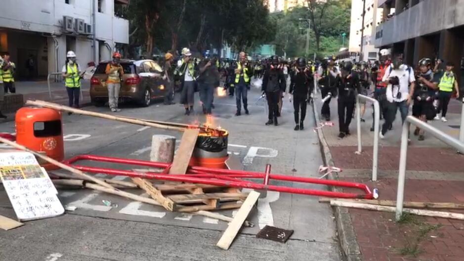 屯門騷亂丨暴徒在屯利街焚燒雜物