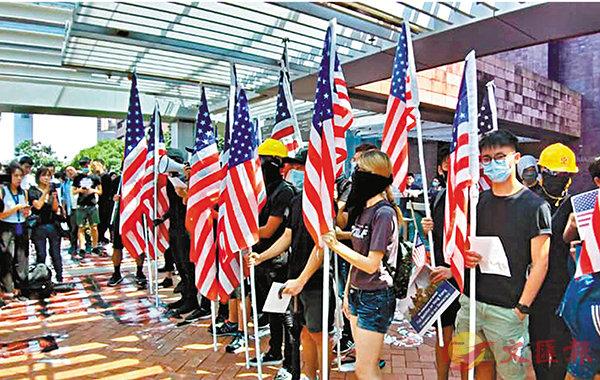 ■一批港大生�蚍仵{裝、手持美國國旗在校內巡遊。 fb圖片