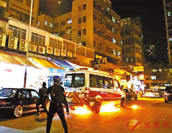 ■ 暴徒將汽油彈扔向警車,之後逃之夭夭。 香港文匯報記者  攝