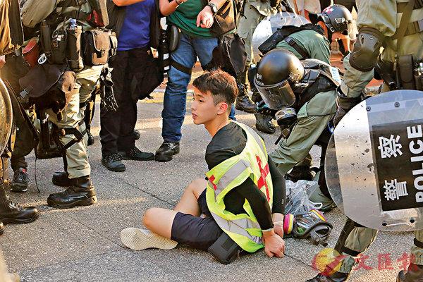 ■有身穿反光衣的所謂「救護員」被制服。香港文匯報記者  攝