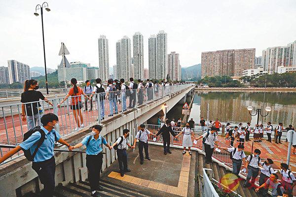 ■近日有中學生被煽動上街築人鏈。 資料圖片