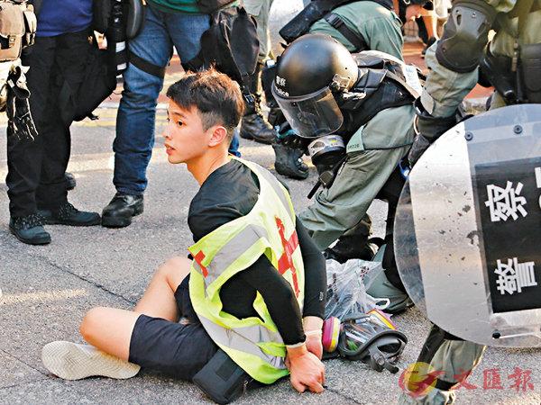 ■警方拘捕一名「民間急救員」。