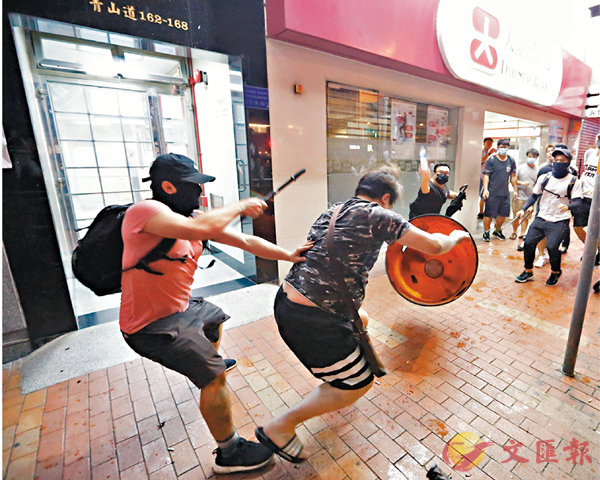 ■暴徒在元朗追打市民。 香港文匯報記者  攝