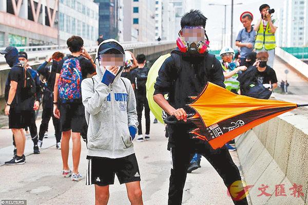 ■近月暴力事件愈來愈激,其中更不乏年輕的暴徒衝上前線。有年僅13歲的小暴徒供稱,有人出錢「津貼」他們搞事。資料圖片