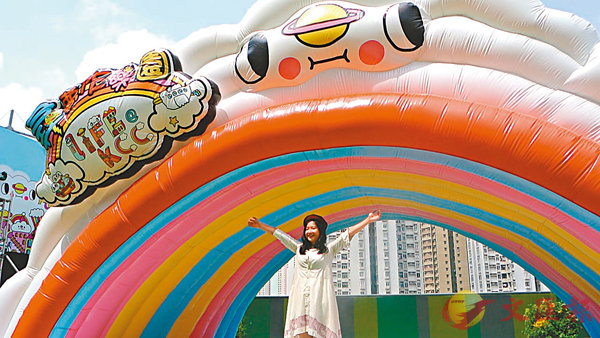 ■位於商場最高處的8米闊雲上「彩虹隧道」。