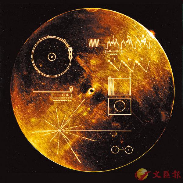 ■黃金唱片封面有「說明書」,講述解讀唱片的方法。 NASA「旅行者」項目網站圖片