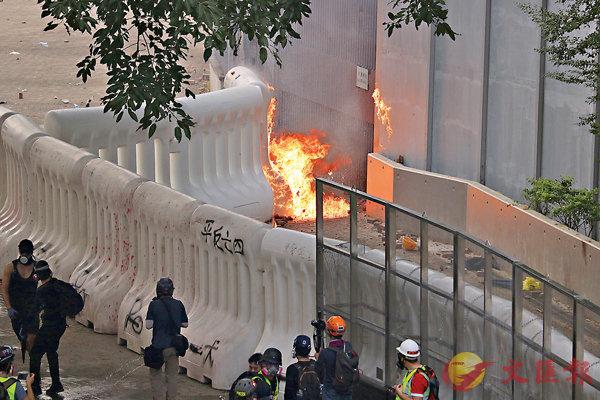 ■膠製水馬隨即起火。 資料圖片