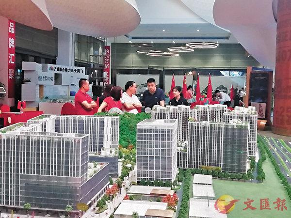 8月份以來,港人紛紛北上深圳購買新房、二手房和工商舖等。圖為�琱j時尚慧谷展銷廳。 香港文匯報記者李昌鴻  攝