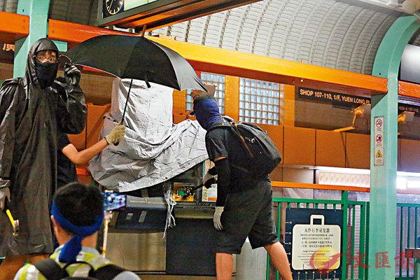 ■ 暴徒昨日肆意破壞元朗豐年路輕鐵站設施。 香港文匯報記者  攝