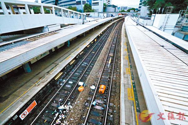 ■九龍塘東鐵路軌遭人扔下垃圾桶。 香港文匯報記者  攝